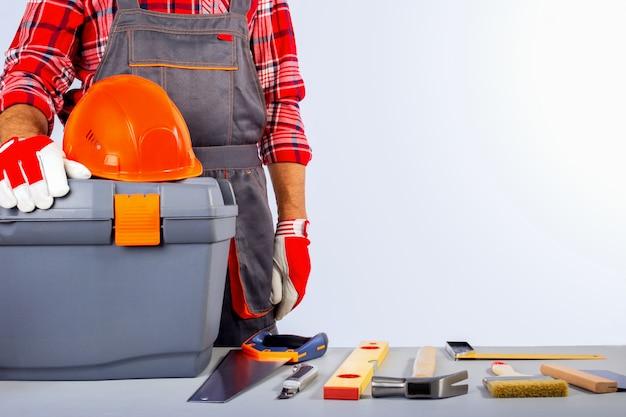 Baumeister handwerker mit bauwerkzeugen. tag der arbeit konzept mit kopierraum.