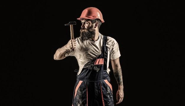 Baumeister im helm, hammer, handwerker, baumeister im bauarbeiterhelm
