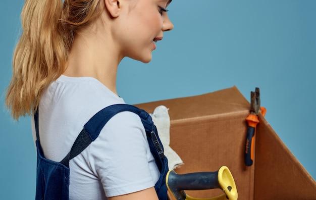 Baumeisterin in uniform mit lieferservice