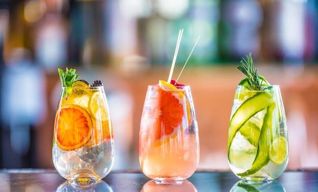 Baumfarbene gin-tonic-cocktails in gläsern auf der bartheke im welpen oder restaurant.