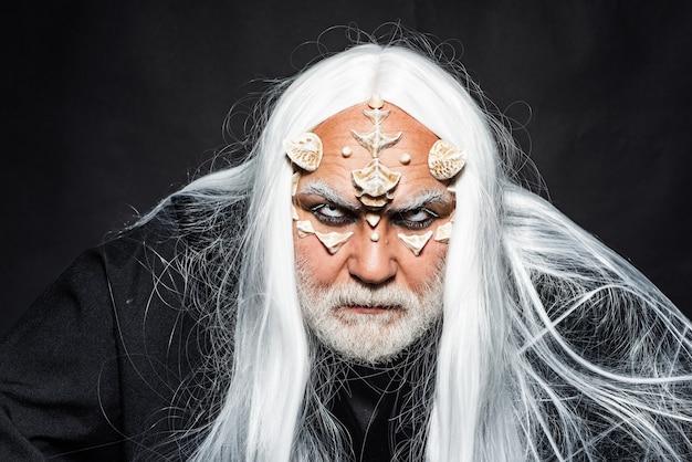 Baumgeist und fantasy-konzept ich habe macht im zauber-alien mit drachenhaut und grauem bart-zauberer...
