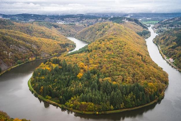 Baumkronenpfad saarschleife unter bewölktem himmel im herbst in deutschland