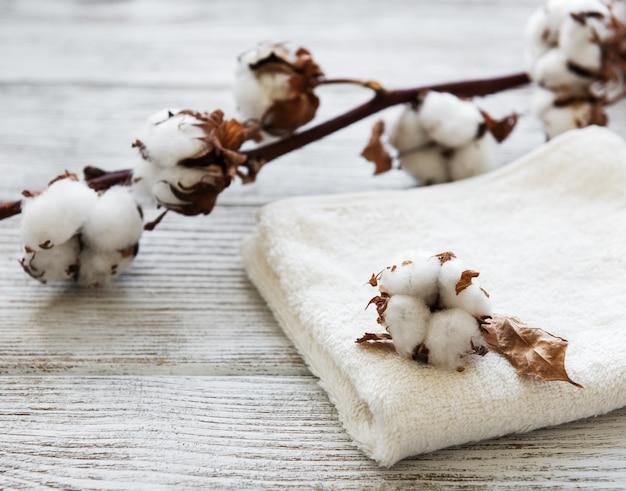 Baumwollblume und handtuch