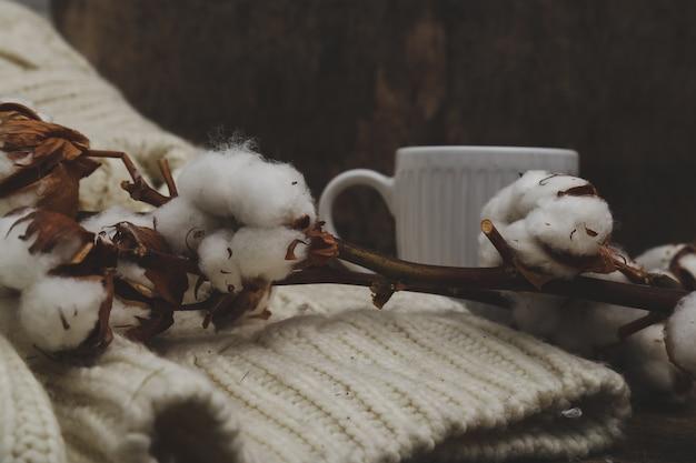 Baumwollblumen auf holztisch auf holztisch