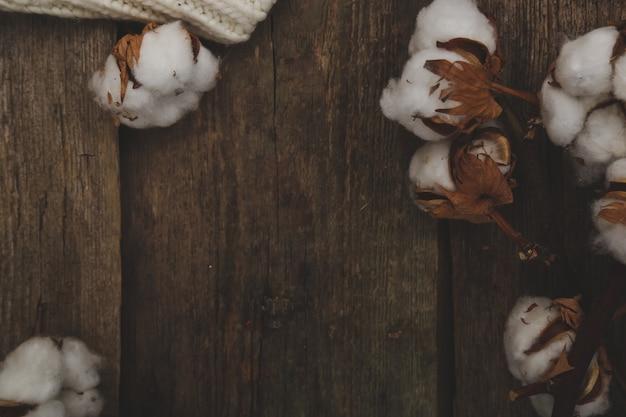 Baumwollblumen auf holztisch
