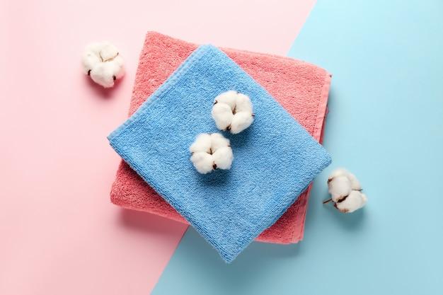Baumwollblumen und weiche handtücher auf farbe