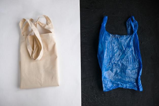 Baumwolltasche und plastiktüte auf weiß und schwarzem