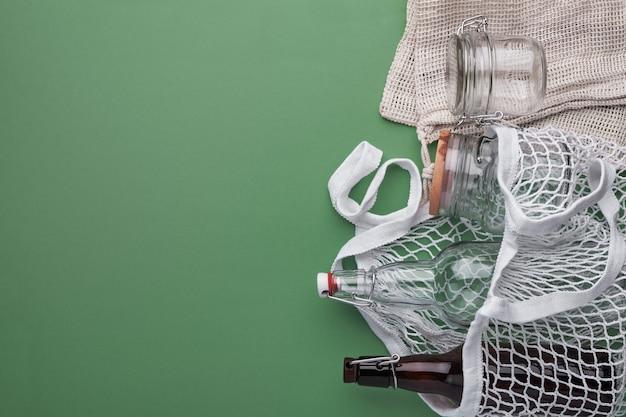 Baumwolltaschen, glasflaschen und glas.