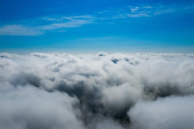 Baumwollwolken unten und saphirhimmel oben. flauschige endlose wolken.