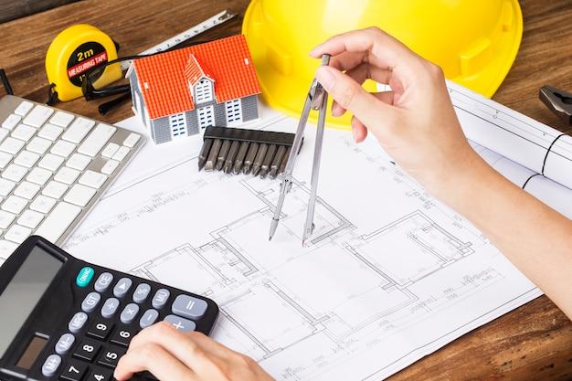 Bauplanung mit konstruktionszeichnungen und zubehör, bauvorhaben auf papier. das konzept der architektur,