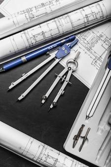 Bauplanungszeichnungen auf schwarzem