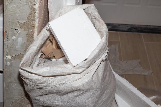 Bauschuttsack in der wohnungsrenovierung mit feinschliff
