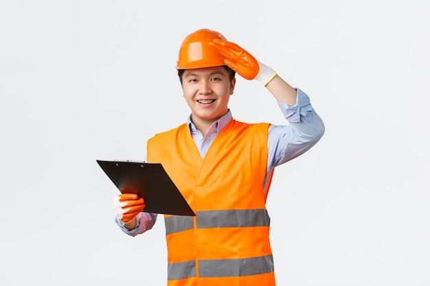 Bausektor und industriearbeiter konzept fröhlich lächelnder asiatischer bauleiter inspektor...