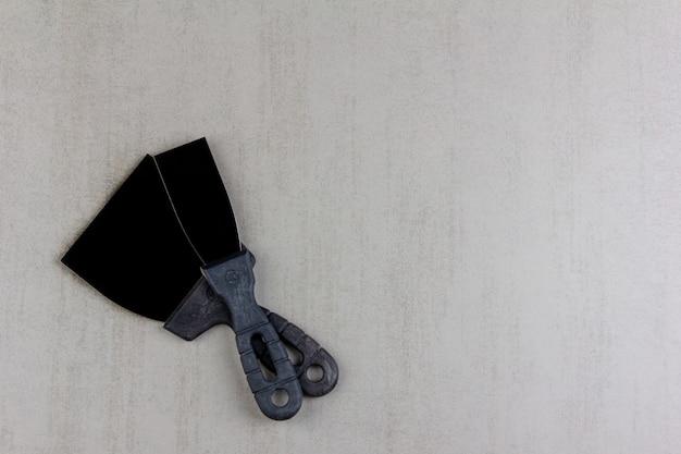 Bauspachteln auf grauem hintergrundabschluß oben, draufsicht mit kopienraum