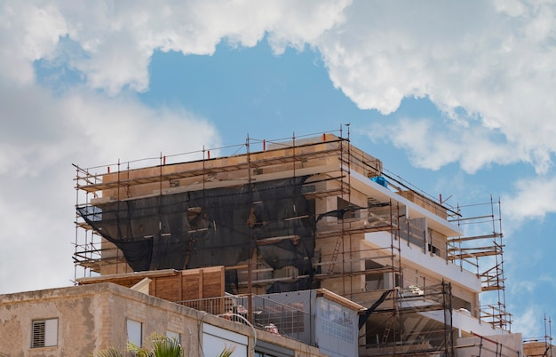 Baustelle. bau von häusern unter dem schlüssel. bau neuer wohnhochhäuser. vor dem hintergrund eines blauen himmels. projektstandort von wohngebäuden während des prozesses