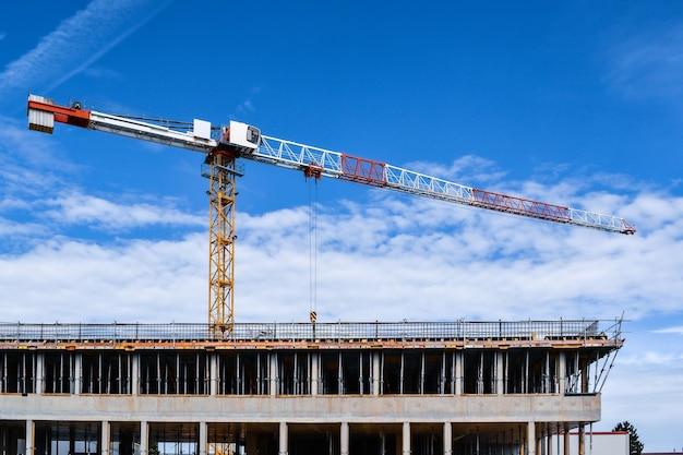 Baustelle mit kran auf einem blauen himmelhintergrund