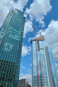 Baustelle mit modernen wolkenkratzern