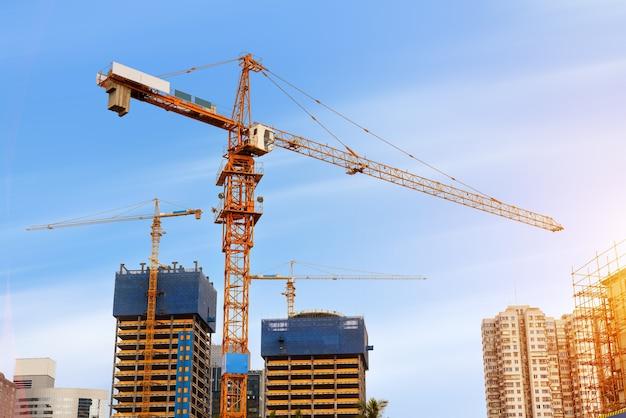 Baustellen und kräne in der abenddämmerung