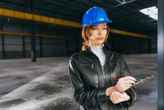 Baustelleninspektor, der bericht macht