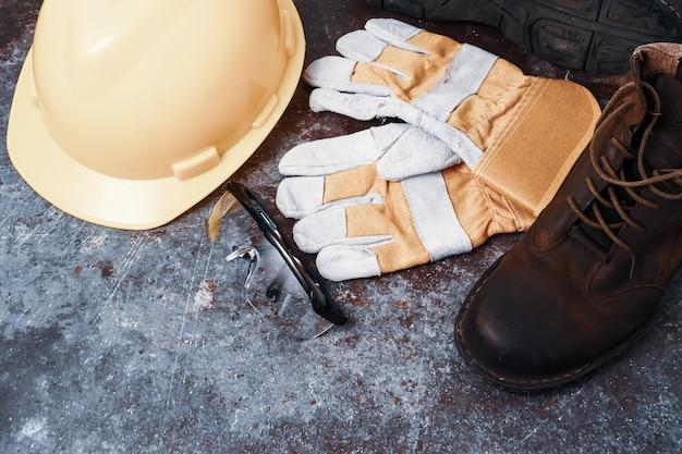 Baustellensicherheit. persönliche schutzausrüstung auf rostigem altem metallbeschaffenheitshintergrund