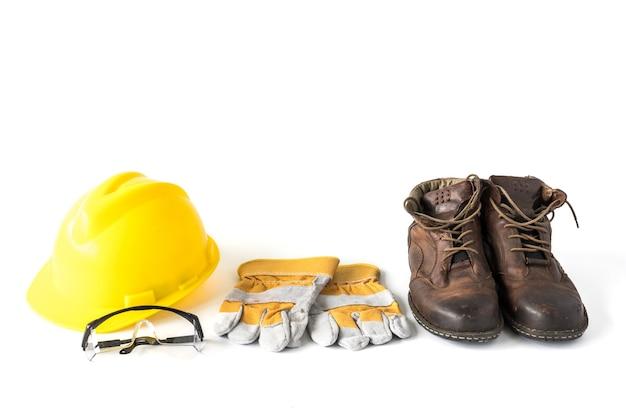 Baustellensicherheit. persönliche schutzausrüstung auf weißem hintergrund