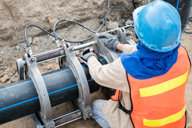Baustellewasserversorgungsprojekt beim arbeiten für das schweißen des verbindens von hdpe-rohr
