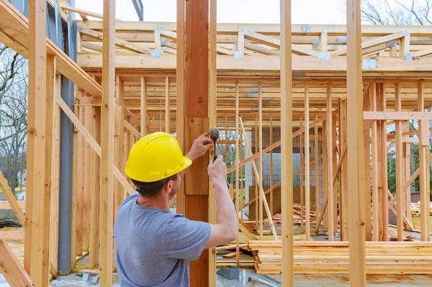 Bauteam, das an der dachbedeckung eines neuen, zweistöckigen, kommerziellen wohngebäudes in oregon arbeitet