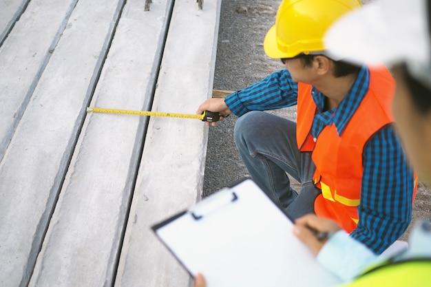 Bauunternehmer überprüfen und überprüfen die größe des stapels.