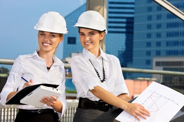 Bauunternehmer vor einer baustelle