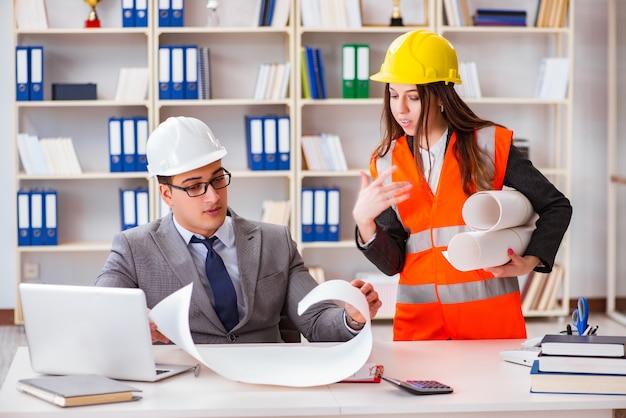 Bauvorarbeiter supervisor überprüfen zeichnungen