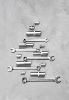 Bauwerkzeuge auf grauem hintergrund postkarte von handgeräten