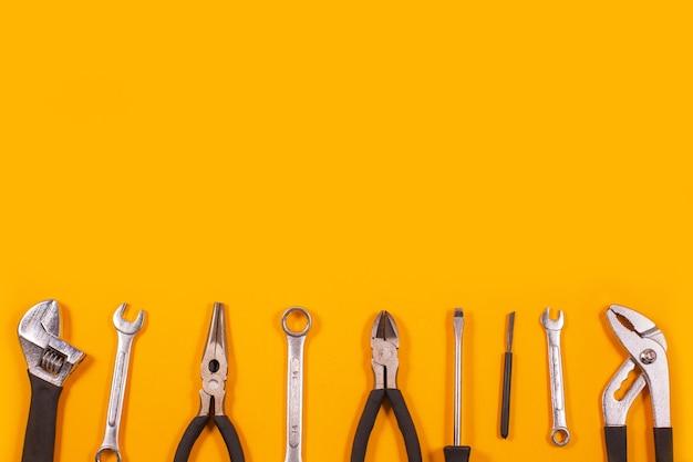 Bauwerkzeuge für reparaturen bauwerkzeuge für reparaturen und herzförmiger herzdraht