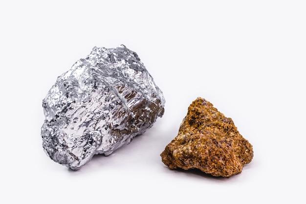 Bauxiterz und aluminiumstein zusammen auf isoliertem weißem hintergrund, industrielles erz.