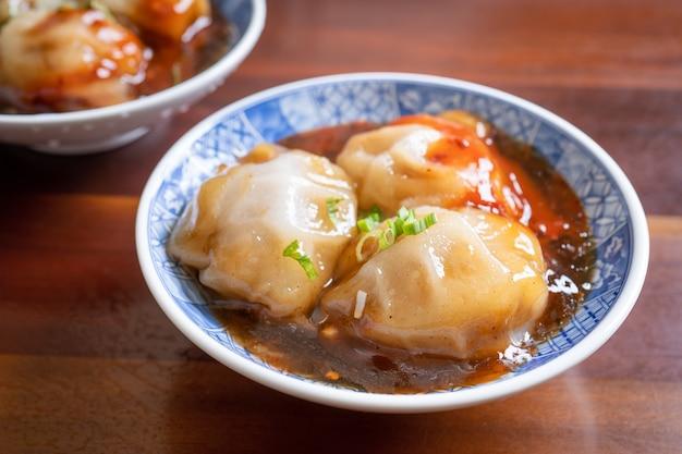 Bawan (ba wan), taiwanesische fleischbällchen-delikatesse, köstliches straßenessen, gedämpfte stärke, umwickelter runder knödel mit schweinefleisch im inneren, nahaufnahme, kopierraum
