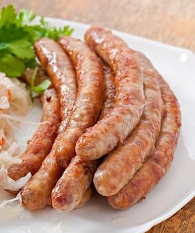 Bayerische bratwürste auf sauerkraut
