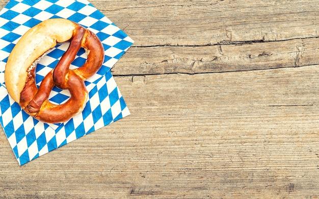 Bayerische brotbrezel. oktoberfest-hintergrund. getöntes bild im vintage-stil