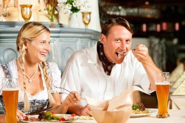 Bayerische paare beim restaurantessen