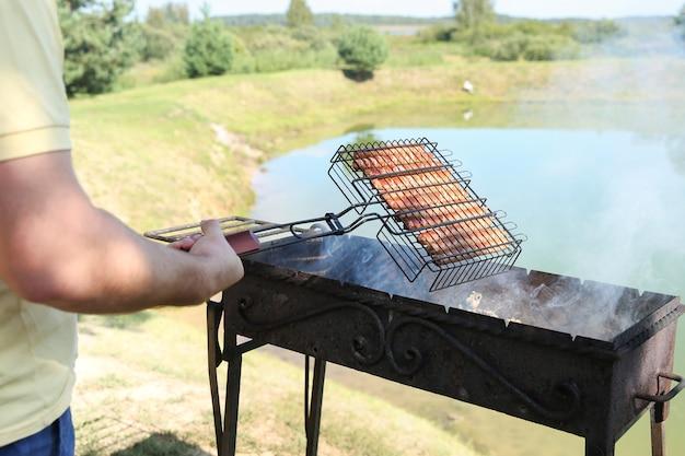 Bayerische würstchen mit rauch auf grill hautnah