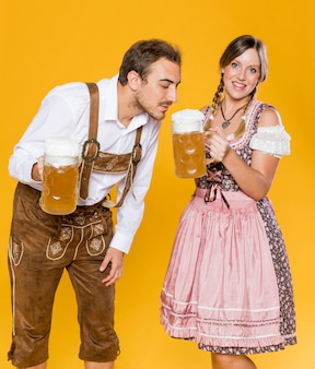 Bayerischer mann und frau mit bierkrügen