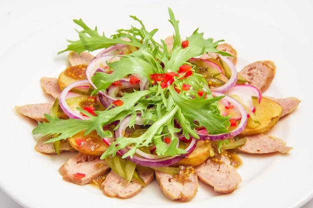 Bayerischer salat getrennt auf weiß
