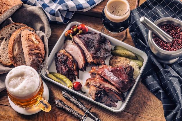 Bayerisches knie traditionelles deutsches tschechisches slowakisches und österreichisches leckeres essen. geräucherter schweinebraten mit fassbier.