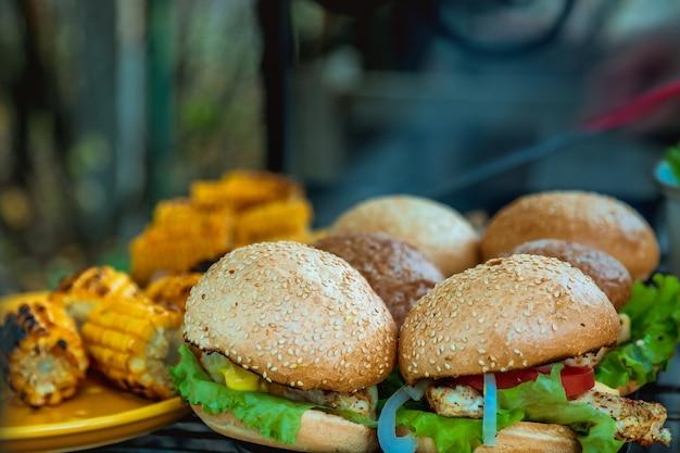 Bbq-burger-brust mit gemüse auf dem heißen holzkohlegrill