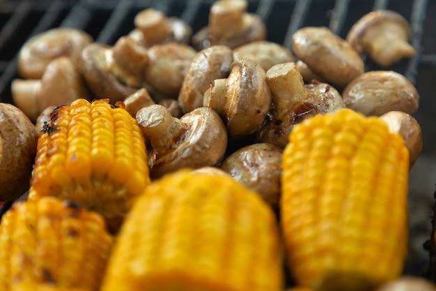 Bbq champignon pilze und mais vom grill gegrillt