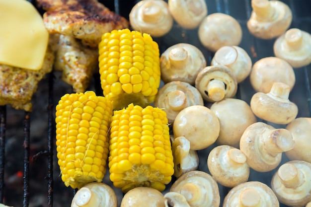 Bbq-fleisch mit käse champignon-pilze und mais gegrillt auf dem grill