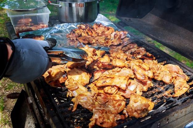 Bbq gegrillte hühneraufsteckspindeln und kabob