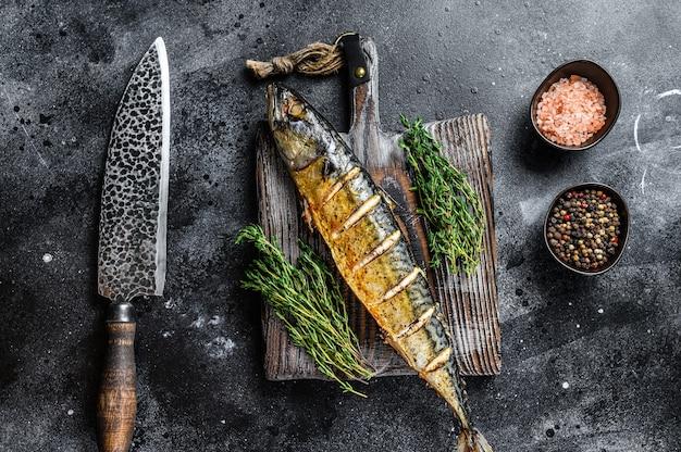 Bbq gegrillter makrelenfisch mit kräutern.