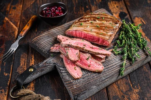 Bbq geschnittener rock rindfleisch fleischsteak auf einem hölzernen schneidebrett