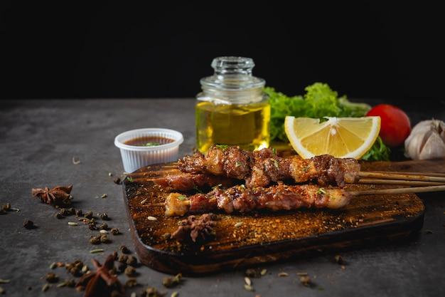 Bbq grill gekocht mit scharfer sichuan pfeffersauce ist ein chinesisches kraut.