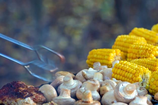 Bbq meat champignon pilze und mais auf dem grill gegrillt