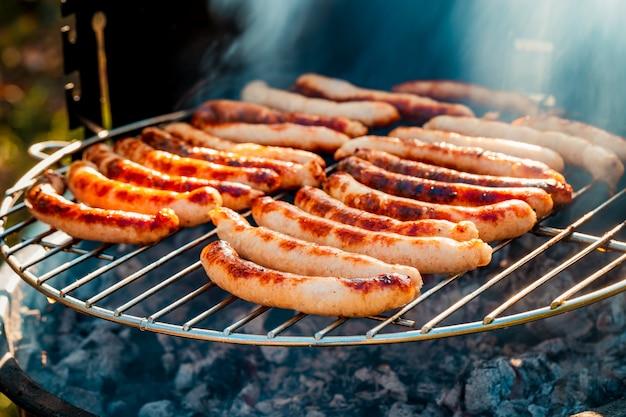 Bbq mit würstchen auf dem grill